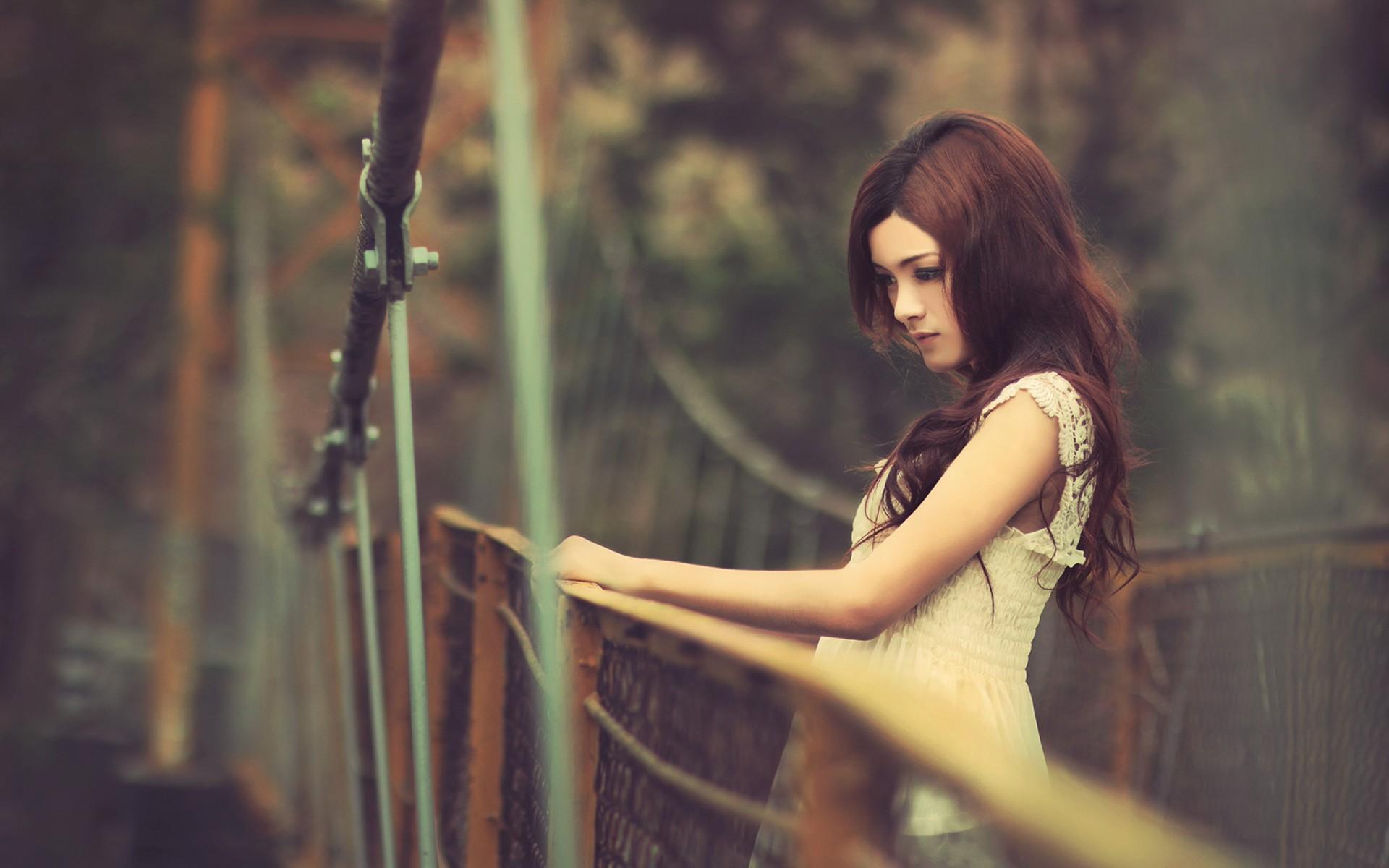 Фото девушки возле моста